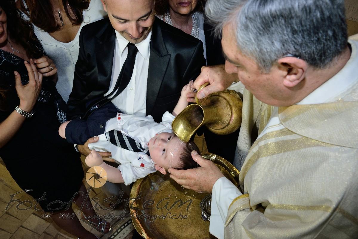 Bambino con papà rito del battesimo acqua battezzando