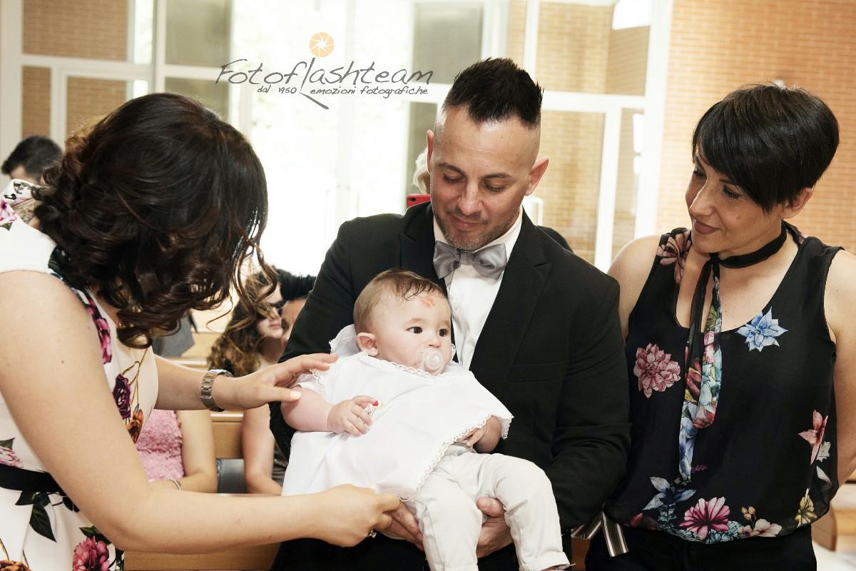 Battezzando con genitori e madrina servizio foto battesimo
