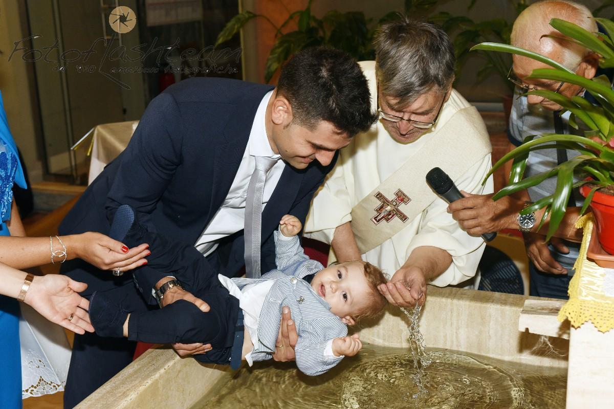 Cerimonia Chiesa battezzando prete