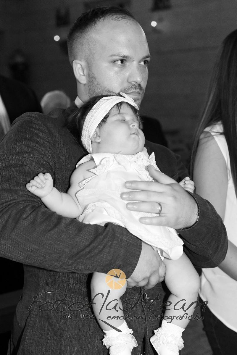 Papà e bambina chiesa cerimonia Battesimo fotografo Roma Fotoflash