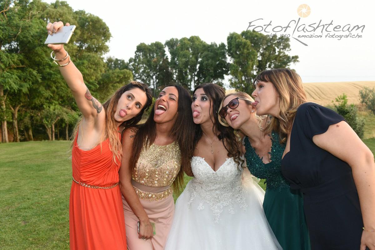 Sposa con amiche festa matrimonio