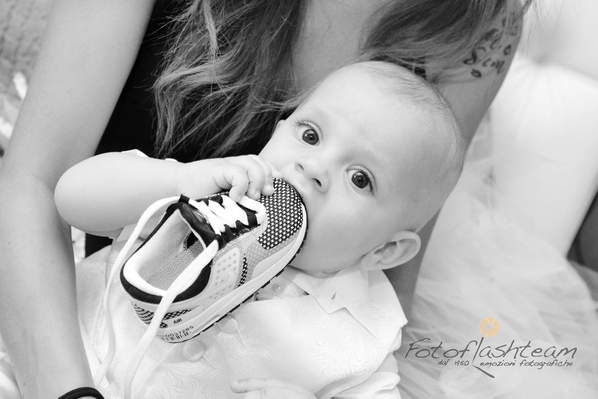 bimbo in posa con mamma servizio fotografico Battesimo