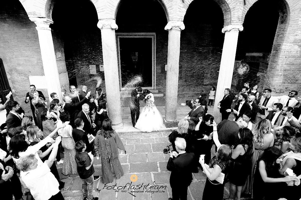 festa riso fuori chiesa sposi matrimonio fotografo roma Fotoflashteam