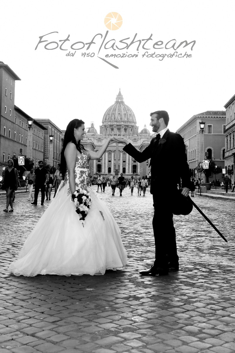 sposi piazza San Pietro Vaticano via della conciliazione servizio fotografico nozze roma Fabio Riccioli