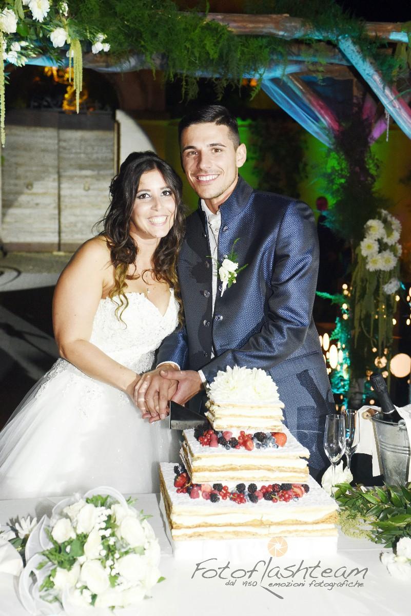 taglio torta nuziale sposi servizio fotografico matrimonio roma Fabio Riccioli