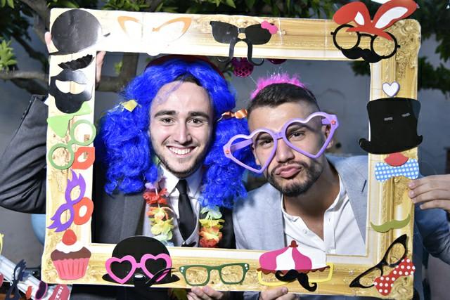 Invitati nozze foto occhiali colorati parrucche cornice Photo Booth Matrimonio Roma creazione set Fotoflashteam