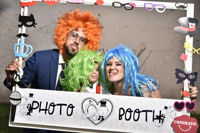 Invitati nozze foto occhiali colorati parrucche cornice Photo Booth Matrimonio Roma ideazione set Fotoflashteam