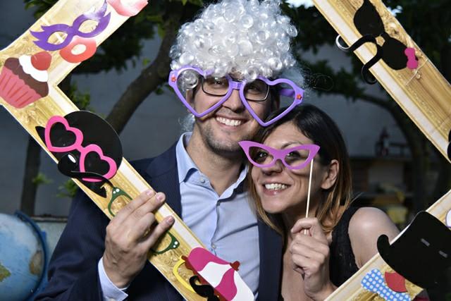 Invitati nozze foto occhiali colorati parrucche cornice Photo Booth Matrimonio Roma realizzazione Fotoflashteam