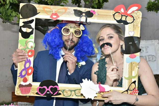 Photo Booth Matrimonio Roma ricevimento foto cornice parrucca colorata baffi finti organizzazione Fotoflashteam