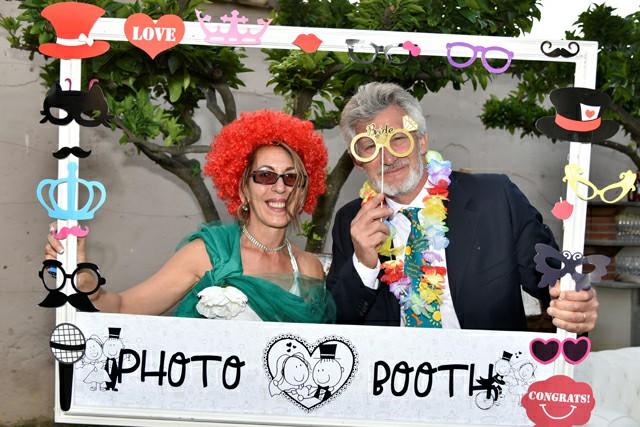 Photo Booth Matrimonio Roma ricevimento foto cornice parrucca colorata occhiali organizzazione Fotoflashteam